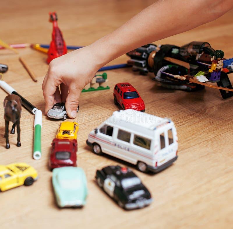 Kinderen die speelgoed op vloer spelen thuis, weinig stock afbeelding