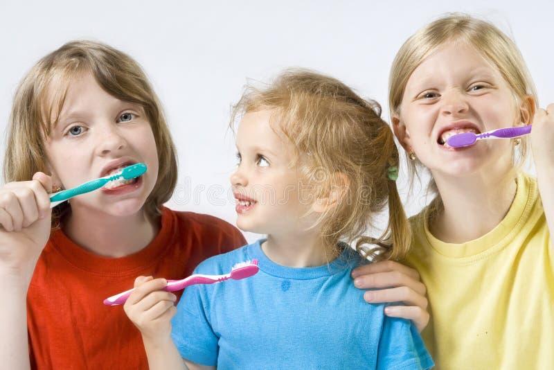 Kinderen die tanden borstelen stock afbeeldingen