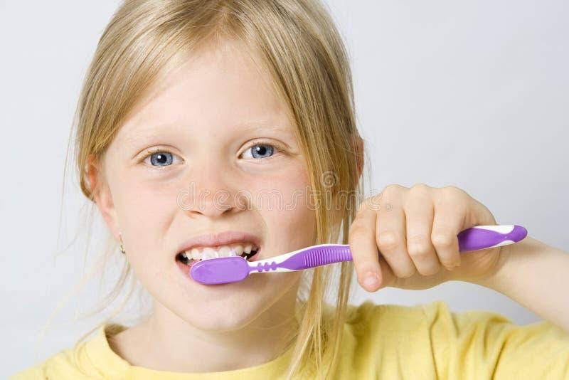Kinderen die tanden borstelen stock afbeelding