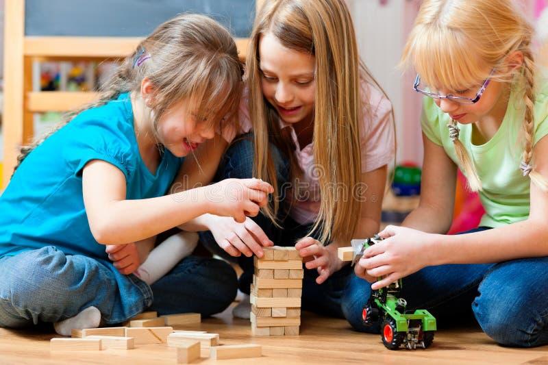 Kinderen die thuis spelen royalty-vrije stock foto's