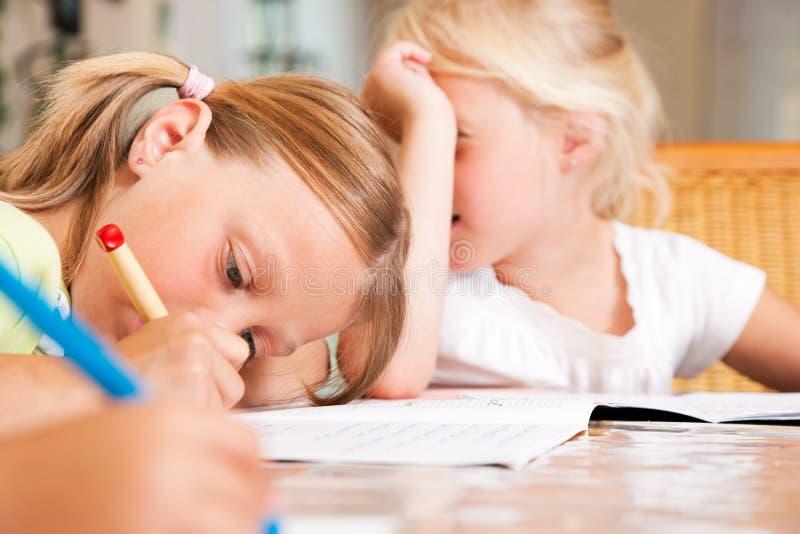Kinderen die thuiswerk voor school doen royalty-vrije stock foto