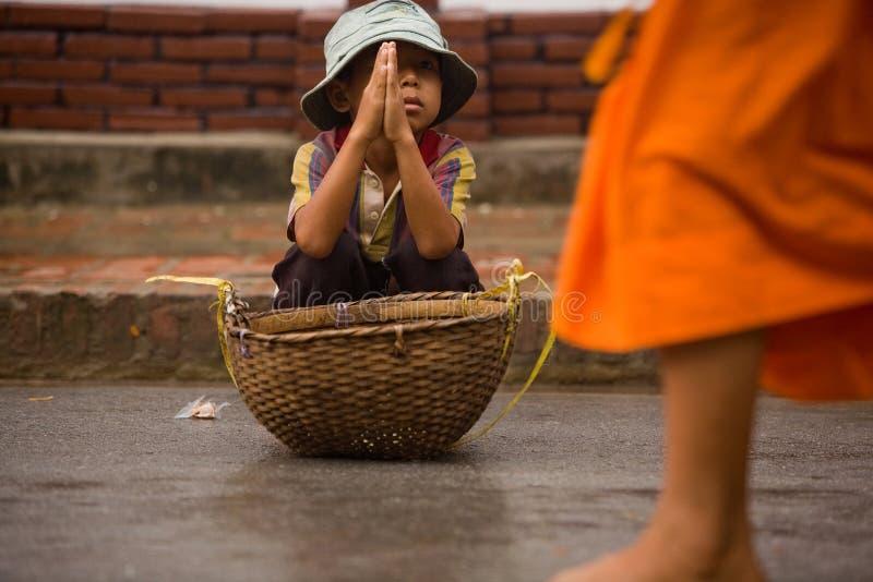 Kinderen die tijdens de optocht van lokale monniken bedelen stock fotografie