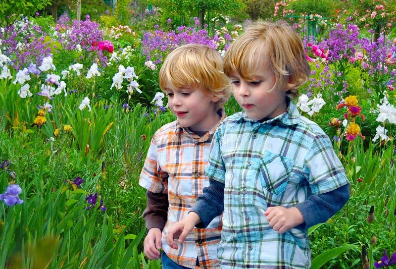 Kinderen die in tuin spelen royalty-vrije stock foto's