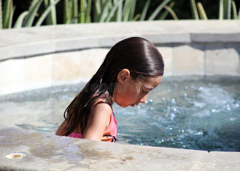 Kinderen die van meisje de groene ogen bij pool bij tropische toevlucht in Los Cabos Mexico spelen stock foto's