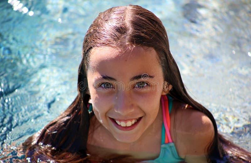 Kinderen die van meisje de groene ogen bij pool bij tropische toevlucht in Los Cabos Mexico spelen stock afbeeldingen