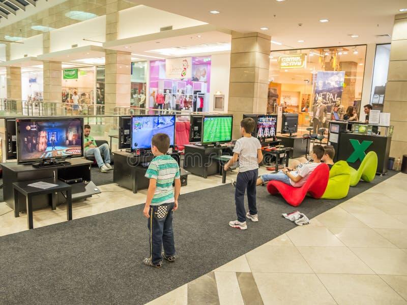 Kinderen die Videospelletjes spelen stock afbeeldingen