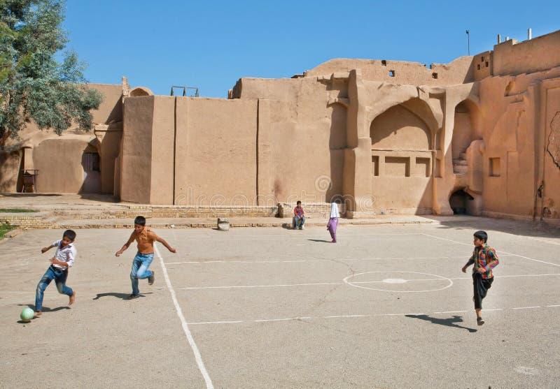 Kinderen die voetbal in de straat in Midden-Oosten spelen royalty-vrije stock afbeelding