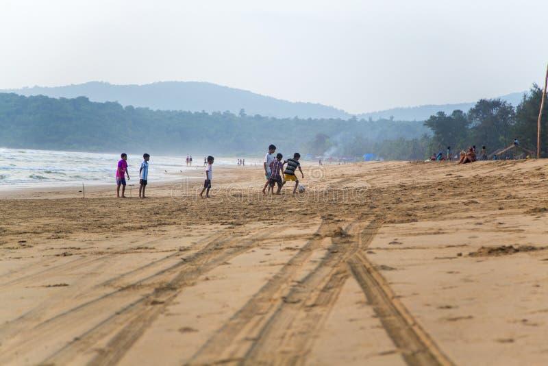 Kinderen die voetbal spelen bij Agonda-strand in Goa, India royalty-vrije stock afbeelding