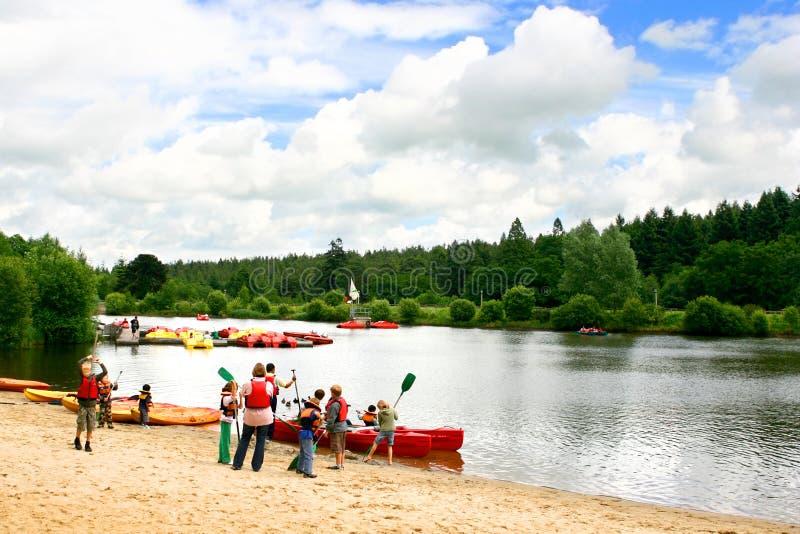 Kinderen die voor kano's voorbereidingen treffen stock afbeelding