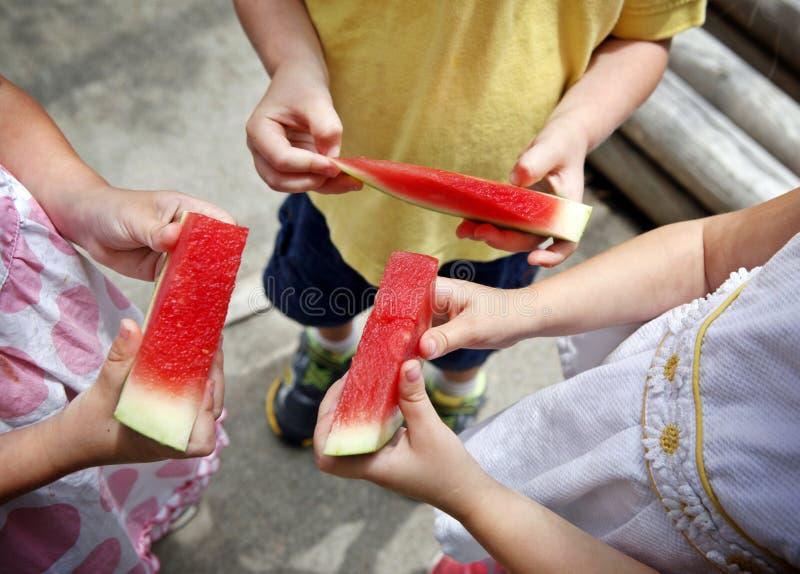 Kinderen die Watermeloen eten royalty-vrije stock afbeelding