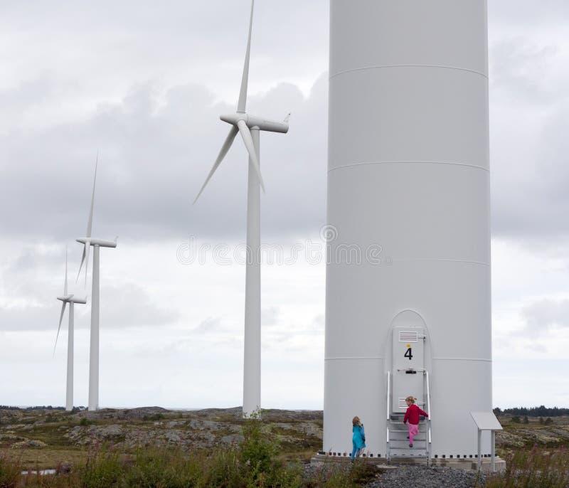 Kinderen die windmolens bekijken royalty-vrije stock afbeeldingen