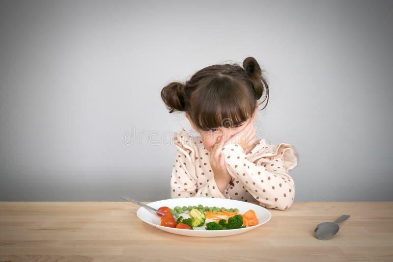 Kinderen don& x27; t wil groenten eten stock afbeelding