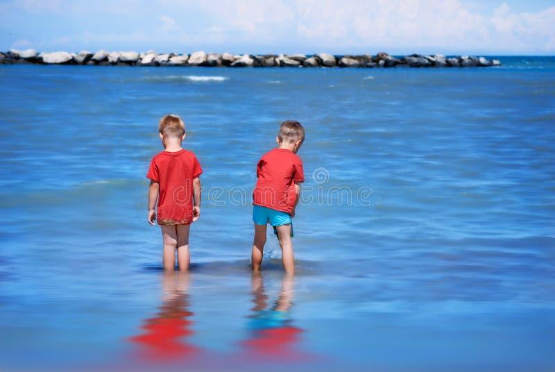 Kinderen door het Overzees stock afbeeldingen