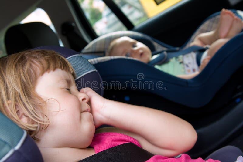 Kinderen in een autozetels stock fotografie