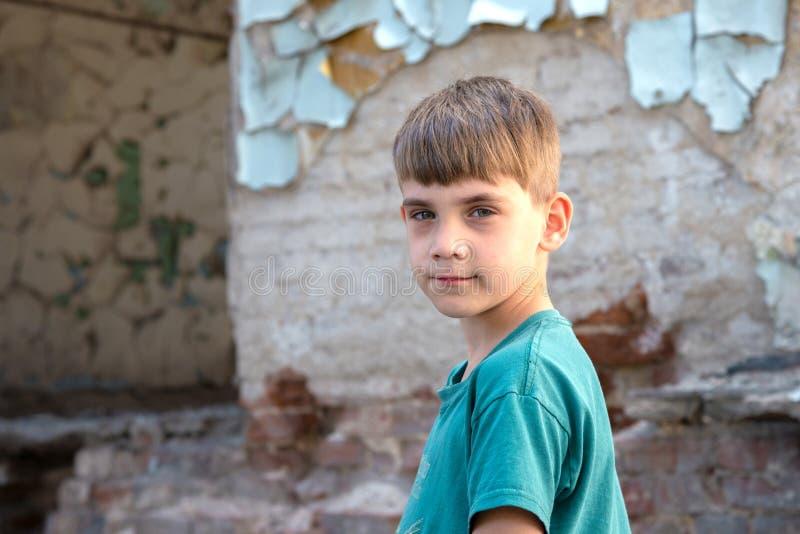 Kinderen in een verlaten en vernietigd gebouw in de streek van militaire en militaire conflicten Het concept sociale problemen va stock foto