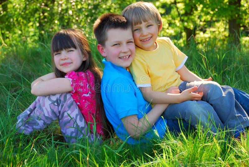 Kinderen in een weide royalty-vrije stock fotografie