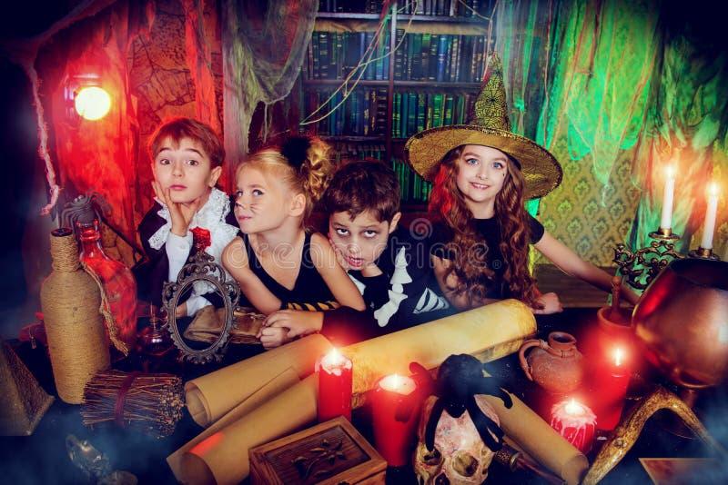 Kinderen in een wizarding leger stock afbeeldingen