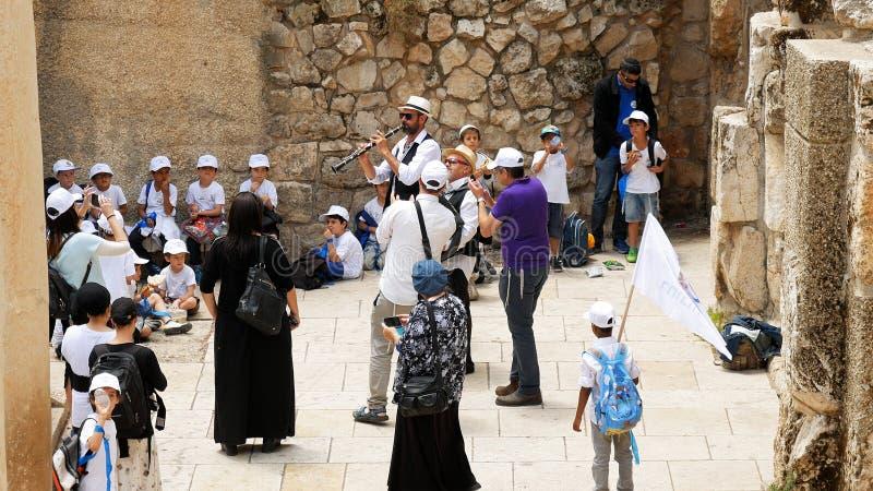 Kinderen en de mensen die van Israel Jewish in openlucht de dansen stock foto's