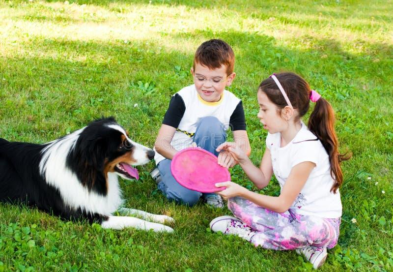 Kinderen en een hond stock foto's