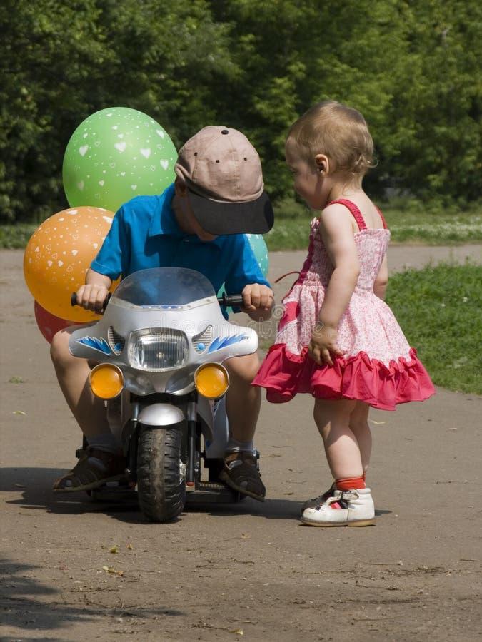 Kinderen en fietsstuk speelgoed stock foto's