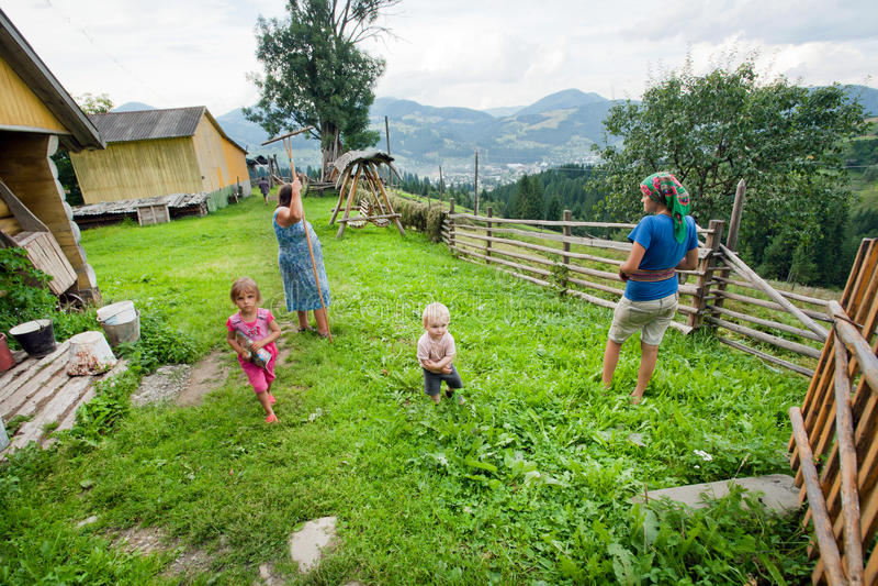 Kinderen en het landelijke mensenwerk in groen dorp stock fotografie
