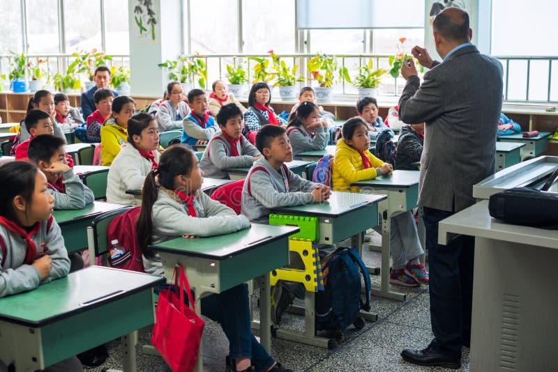 Kinderen en leraar in een Chinees klaslokaal royalty-vrije stock afbeeldingen