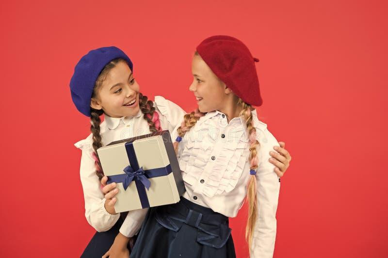 Kinderen formele slijtage met giftdoos Open gift nu Het concept van de vriendschap Verjaardagsgeschenk Het winkelen en vakantie V royalty-vrije stock fotografie