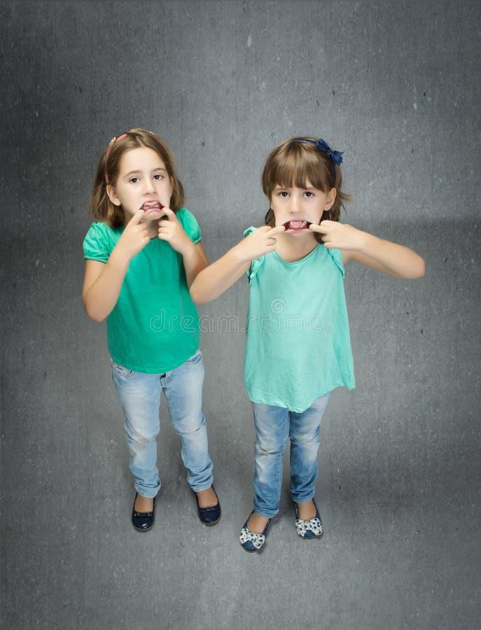 Kinderen gemaakt tot tong met vinger royalty-vrije stock fotografie
