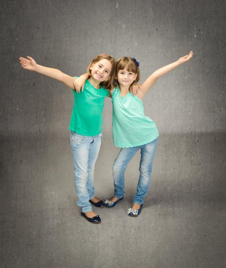 Kinderen het omhelzen stock foto's