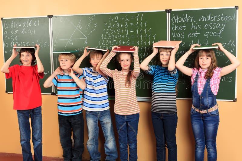 Kinderen in klaslokaal royalty-vrije stock afbeeldingen