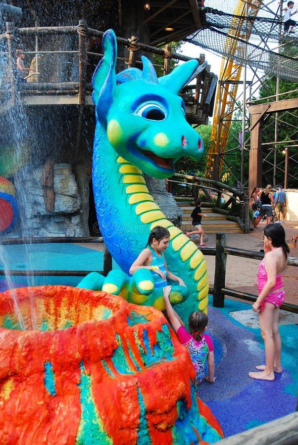 Kinderen koelen af in een klein waterpark stock fotografie