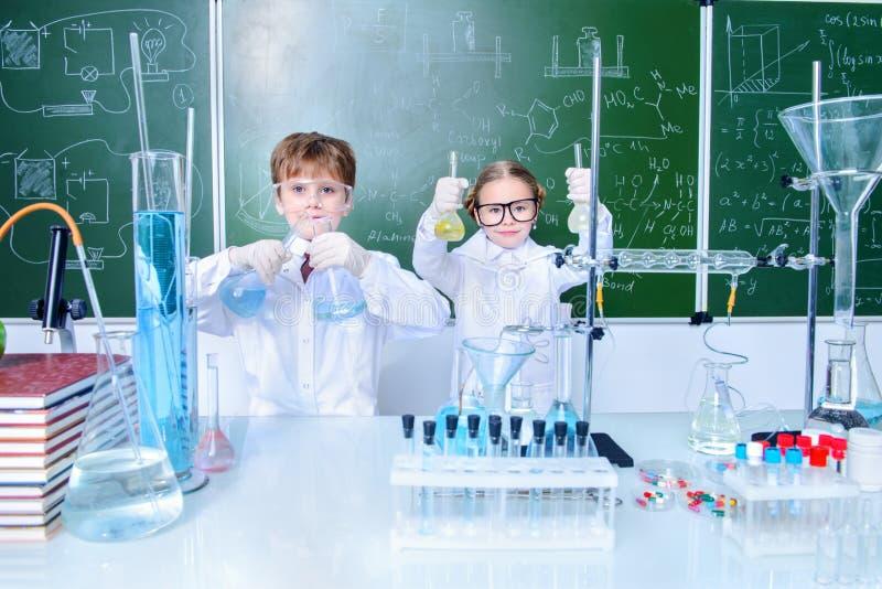 Kinderen in laboratorium stock afbeelding