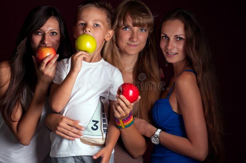 Kinderen met appelen in de handen van royalty-vrije stock foto