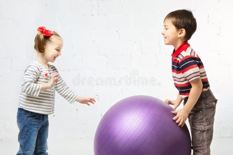 Kinderen met Bal royalty-vrije stock foto