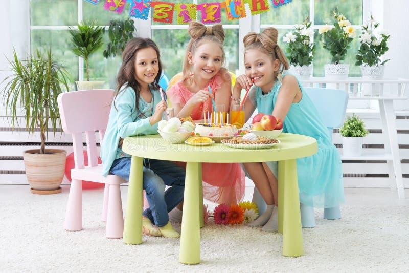 Kinderen met cake bij verjaardagspartij royalty-vrije stock foto's