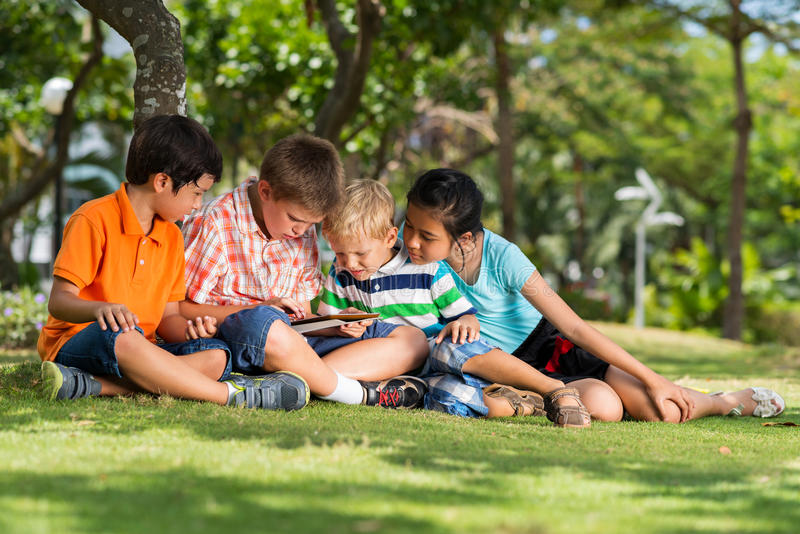 Kinderen met digitale tablet royalty-vrije stock foto's