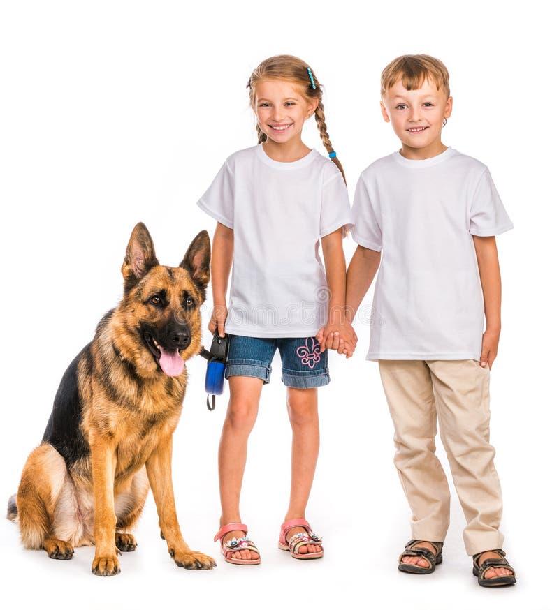 Kinderen met een herdershond royalty-vrije stock afbeeldingen