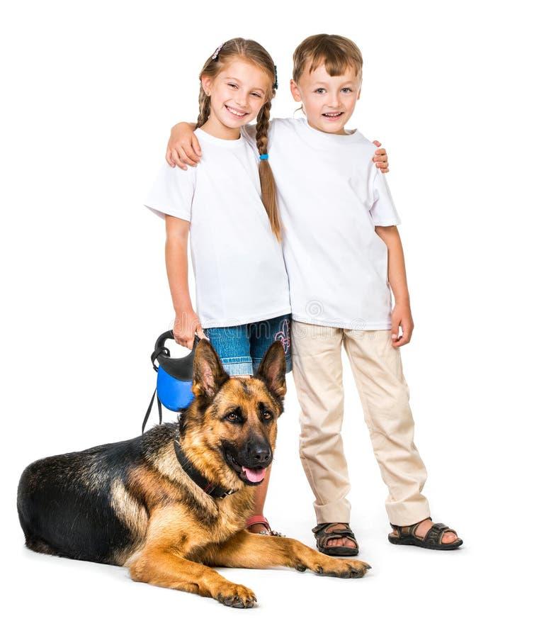 Kinderen met een herdershond stock fotografie