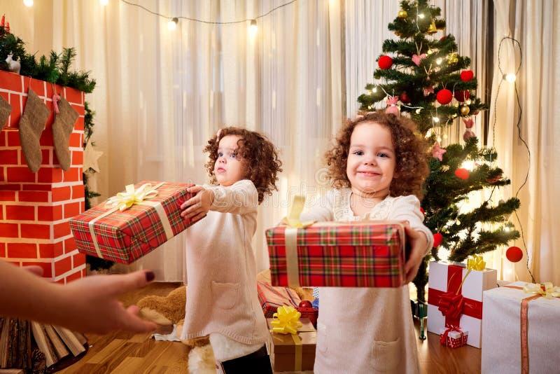 Kinderen met giften bij Kerstmis stock afbeeldingen
