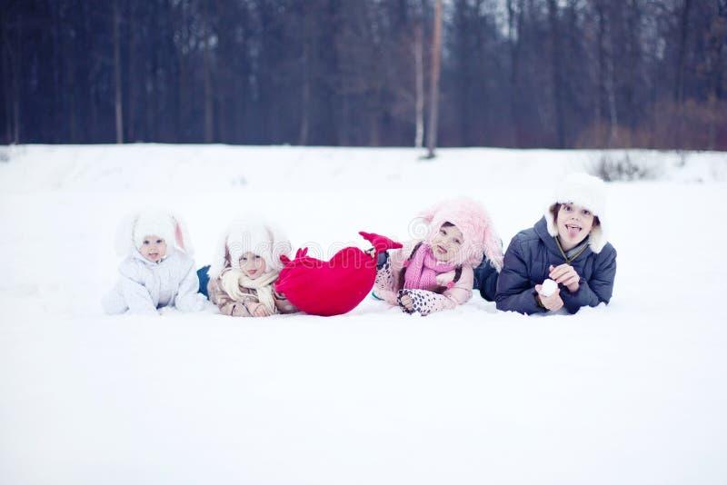 Kinderen met hart in de winter royalty-vrije stock afbeeldingen