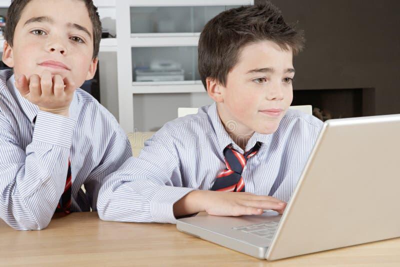 Kinderen met Laptop thuis royalty-vrije stock afbeelding