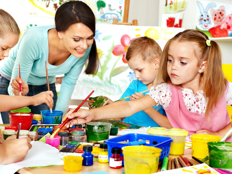 Kinderen met leraar het schilderen. stock fotografie