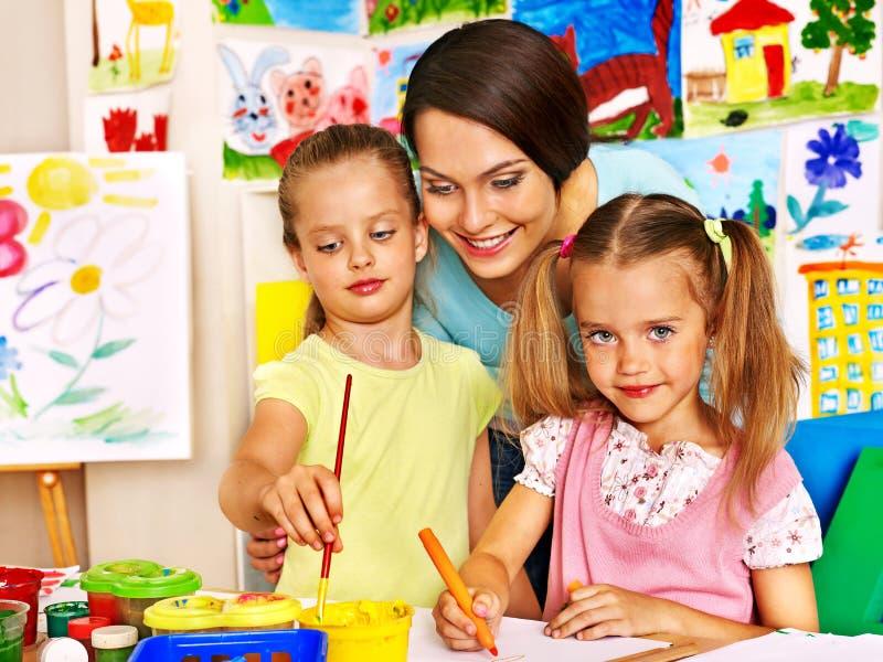 Kinderen met leraar het schilderen royalty-vrije stock foto's