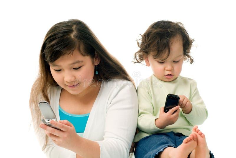 Kinderen met mobiele telefoons. stock afbeeldingen