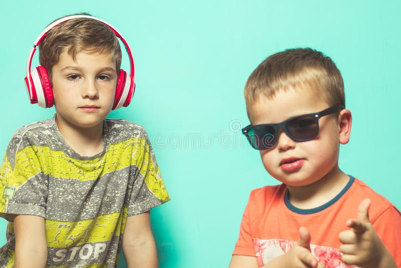 Kinderen met muziekhelmen en zonnebril stock afbeelding