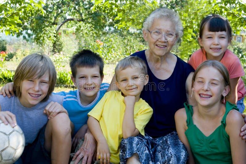 Kinderen met oma stock afbeelding