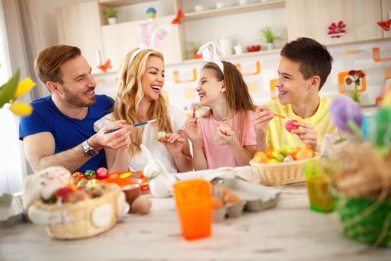 Kinderen met ouders voor Pasen stock afbeeldingen