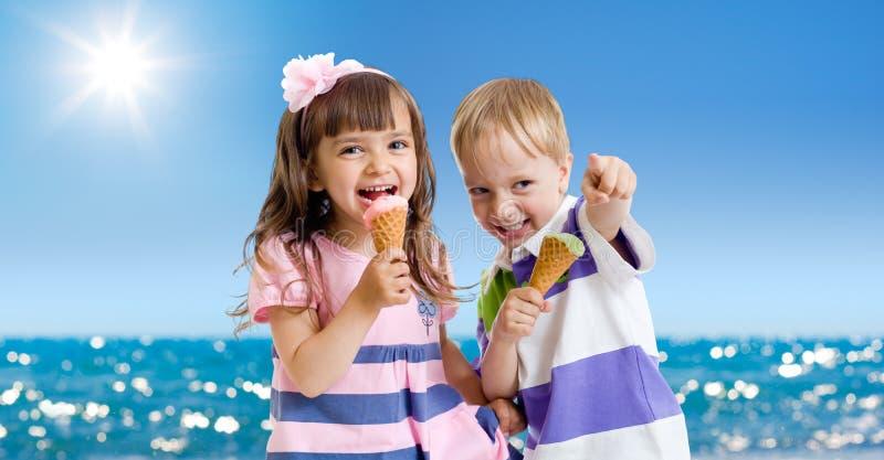 Kinderen met roomijs openlucht. Kust in de zomer