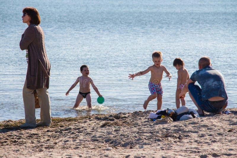 Kinderen met vader bij het overzees royalty-vrije stock afbeeldingen