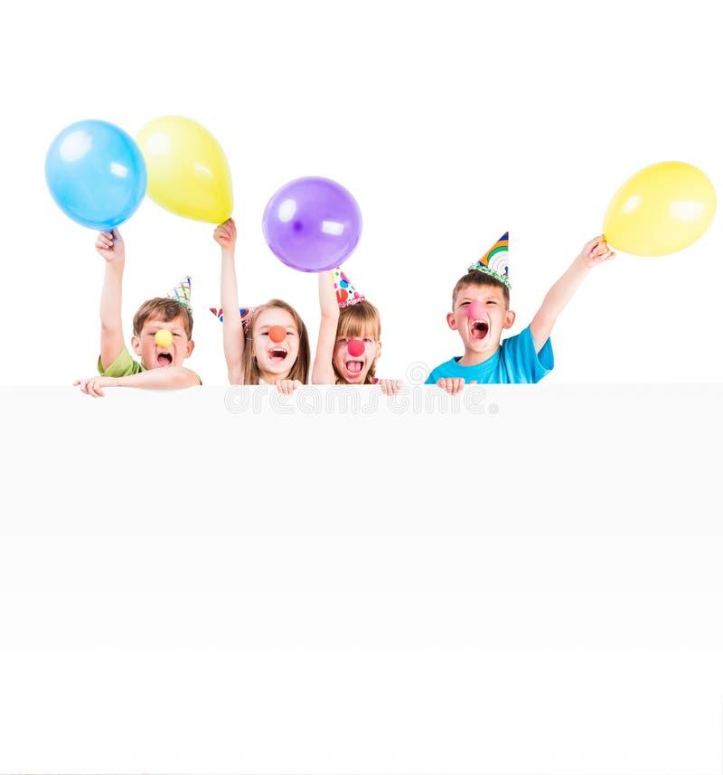 Kinderen met vakantiedecoratie en reclamespatie stock afbeelding
